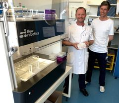 At Herlev Hospital, molecular biologist Martin Friis now works side by side with the Danish flowbot ONE robot: