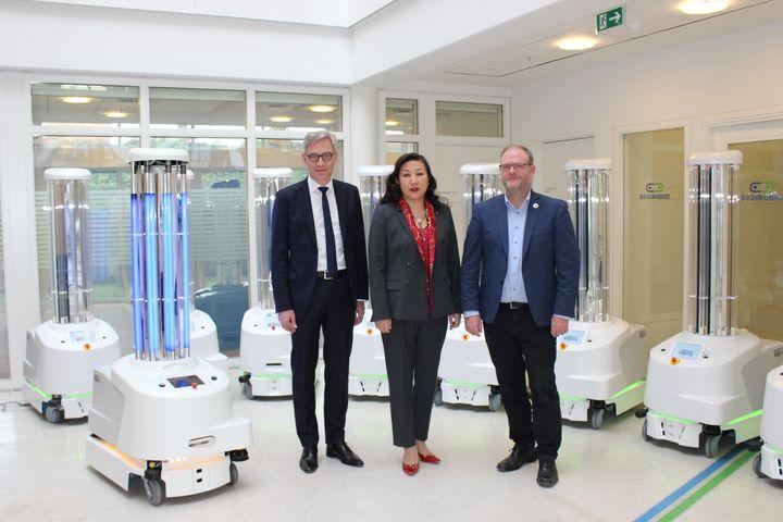 Selvkørende danske desinfektionsrobotter bliver nu sendt afsted til en række hospitaler i Kina for at hjælpe med at bekæmpe coronavirus, også kaldet COVID-19. Det sker efter, at Sunay Healthcare Supply i dag underskrev en aftale med den danske virksomhed UVD Robots i Odense. Fra venstre ses Per Juul Nielsen, CEO, UVD Robots ApS, Su Yan, CEO, Sunay Healthcare Supply samt Claus Risager, bestyrelsesformand i UVD Robots ApS.