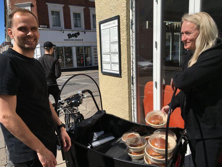 Frivillige og medarbejdere måtte tænke nyt for at hjælpe bl.a. hjemløse. Mange væresteder lukkede køkkenet og erstattede det med maduddeling på gaden som her i Aalborg. Privatfoto.