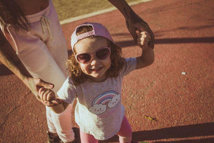 Børns øjne er udsatte i solen. Derfor er det vigtigt også at huske solbriller til de små i sommervejret.