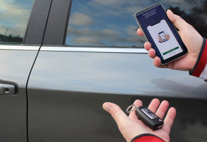 """Lovændring pr. 1. januar 2021 betyder at køber og sælger nu kun har 4 dage til at få bilens ejerskifte på plads. If anbefaler at benytte appen """"Ejerskifte"""". (Foto: If)"""