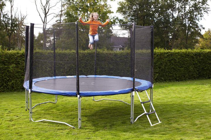 Trampolinen sender omtrent 7000 danske børn på skadestuen om året – sørg for at se den efter i sømmene, og hop fornuftigt. Foto: PR.