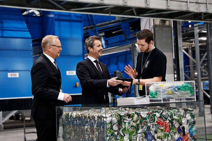 HKH El Príncipe Heredero recibe instrucciones del operador de procesos Mikkel Nielsen de iniciar la nueva fábrica.  A la izquierda, el presidente del sistema de retorno danés, Thomas Dalsgaard.  (foto: Ty Stange)