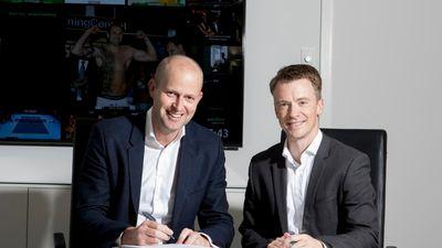 Jaap Postma, TDC Group-koncerndirektør (YouSee) og Søren Lindgaard, direktør i Eniig Fiber, underskriver samarbejdsaftalen.