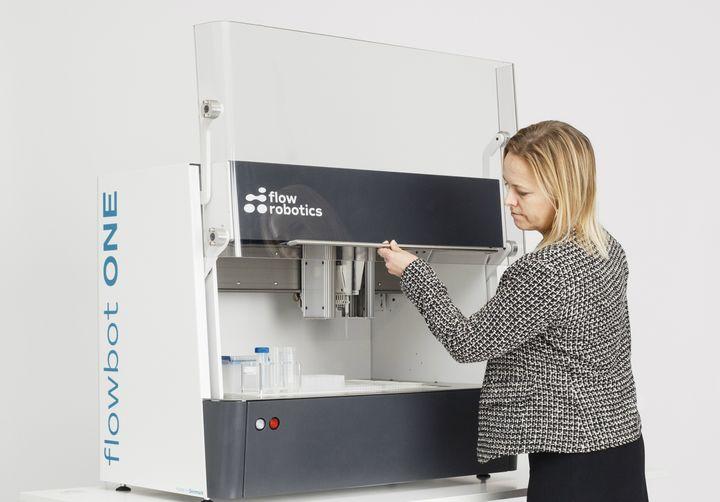 """""""Det er ikke noget nyt, at man anvender robotter til væskehåndtering, men de traditionelle robotløsninger er meget komplicerede at anvende og ganske bekostelige,"""" fortæller Annika Isaksson, ny CEO i Flow Robotics."""