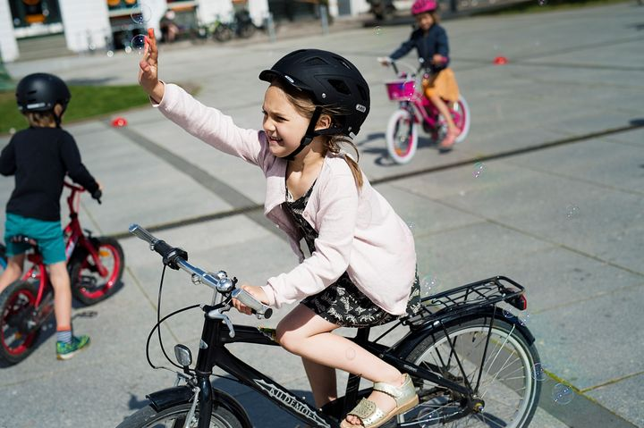 Cyklistforbundet inviterer børnefamilier til at dele sjove cykeløjeblikke i en konkurrence, hvor der er sat en flot, ny børnecykel med tilhørende hjelm på højkant. Se Cyklistforbundet.dk/vikancyklefamiliekonkurrencen.