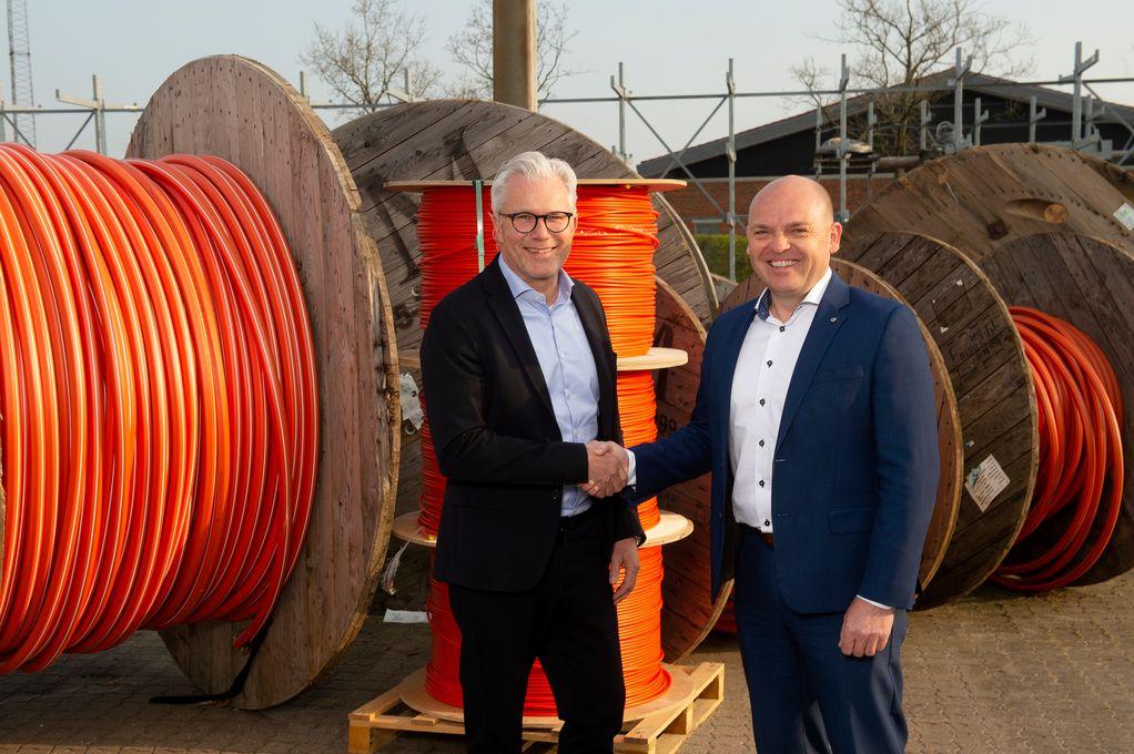 Jesper Hansen, adm. direktør hos Telenor og Mads Brøgger, kommerciel direktør hos Eniig giver håndslag på den nye samarbejdsaftale.