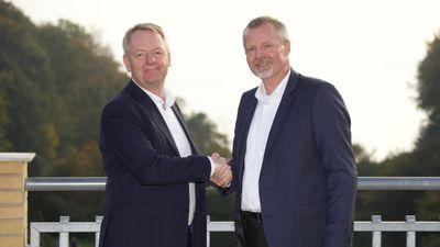 Niels Duedahl, SE og Martin Romvig, Eniig, giver håndslag på den nye aftale