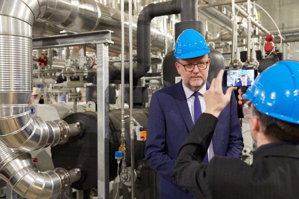 Energiminister Lars Christian Lilleholt (V) deltog I indvielsen af spildvarmeprojektet i Køge, i hvilket Process Engineering havde ansvaret for design og konstruktion. PR-foto: CP Kelco/Sigurd Høye.