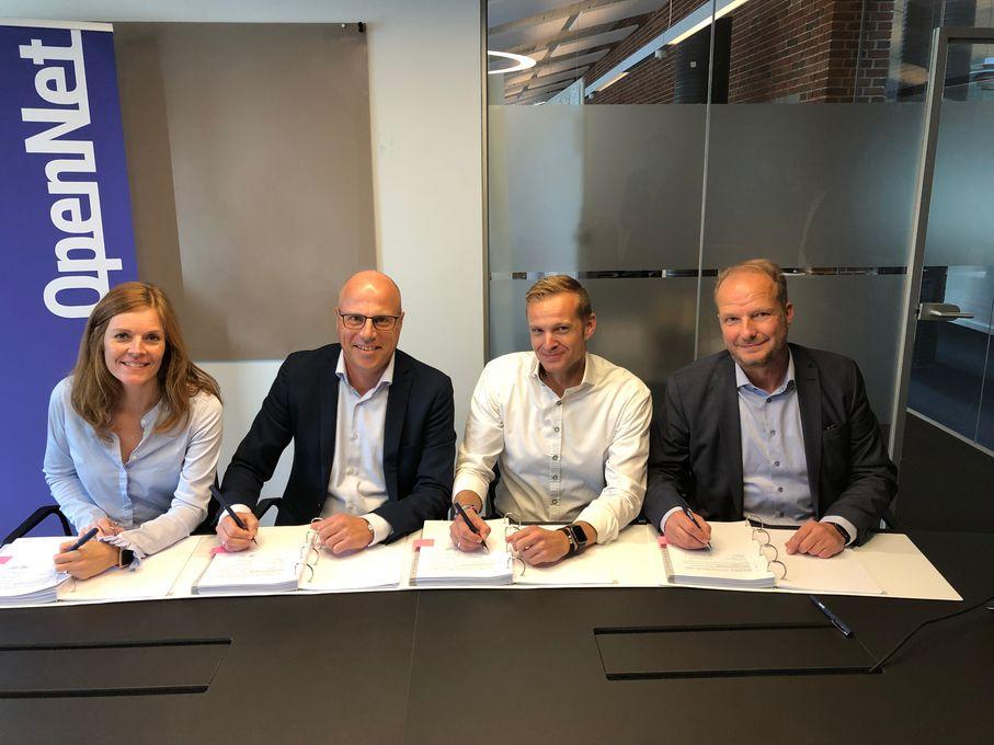 Lise Bering, Norlys, Christian Frost Lauritsen, Nord Energi, Sune Nabe Frederiksen, Norlys og Henrik Møller Nielsen, OpenNet, underskriver den nye samarbejdsaftale.